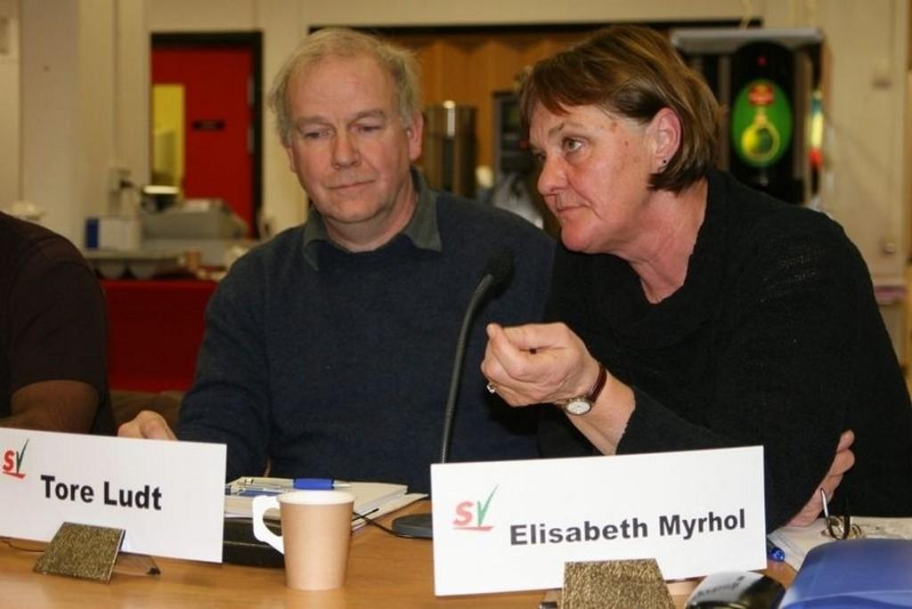 At Samferdselsetaten bruker Nedre Rommen som snødeponi er ikke lovlig, mener sosialistene på Srovner. Her er Tore Ludt og Elisabeth Myrhold fra SV.