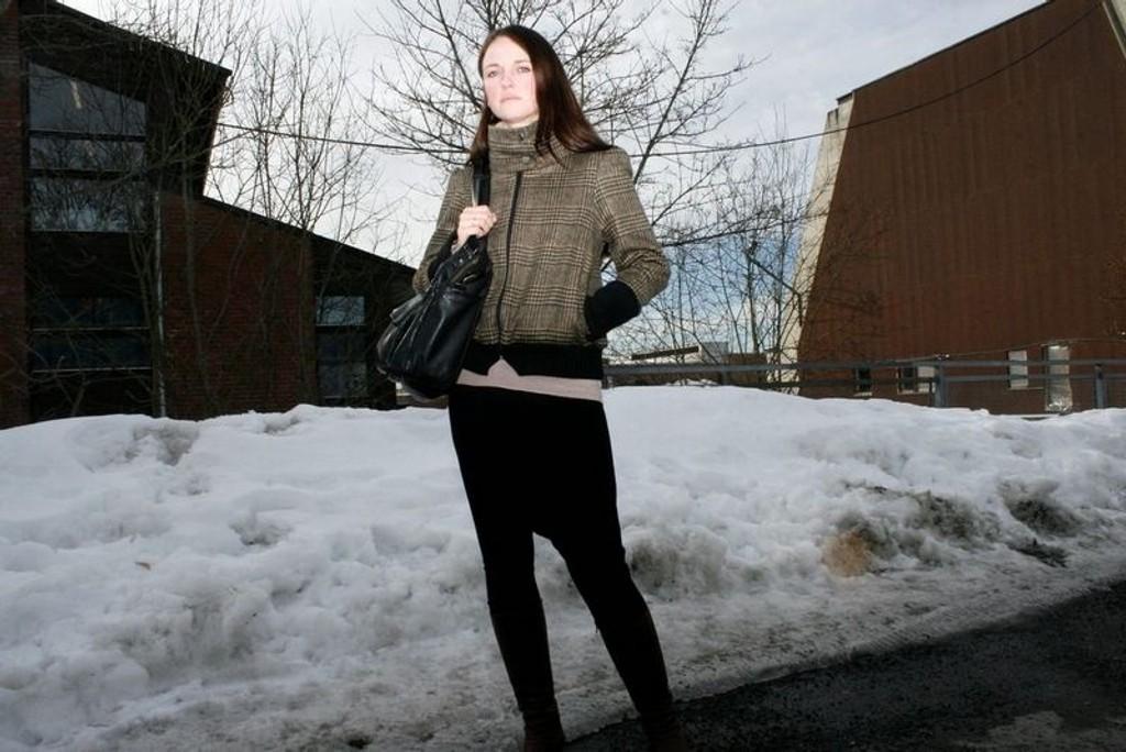 Mona Gangnæs er spent på hvordan hennes klær vil bli tatt i mot. Hun lager klær hun selv liker, blant annet jakken som hun her har på seg.