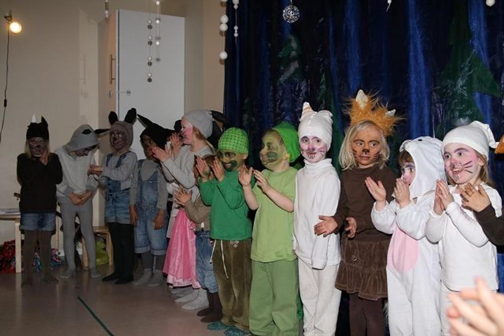 Alle de 23 barna på avdeling Askeladden deltok i syngespillet « Skinnvotten».