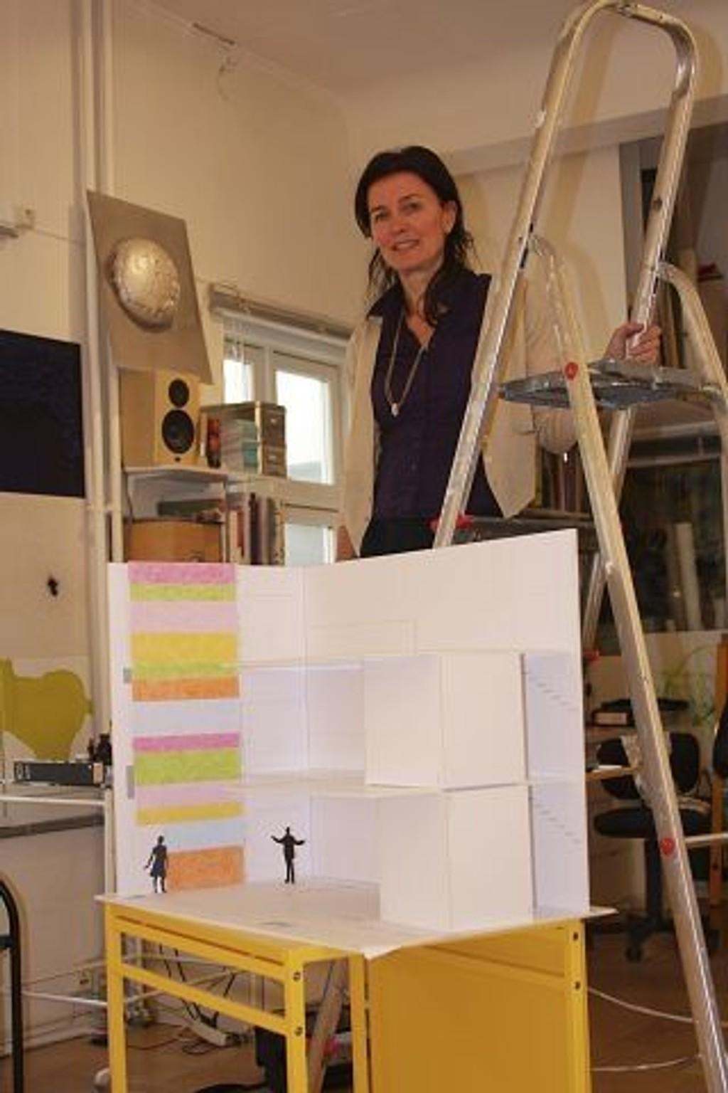 Det blir ingen sommerferie på Katrine Giæver, som skal dekorere inngangspartiet til nye MArienlyst skole.FOTO: ERIK TANGEN