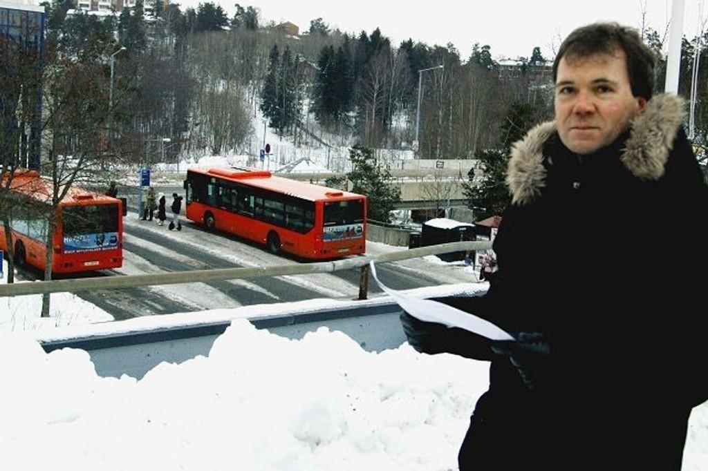 Det vil være flott å få et toalettilbud i eller ved Holmlia senter, men det kan ikke legges i forbindelse med bussterminalen på brua, sier byrådssekretær Ståle Hagen.