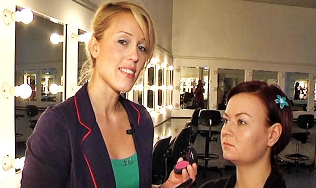 EKSPERT: Kvinneguidens makeupekspert Mette Langseth viser deg hvordan du legger rouge.
