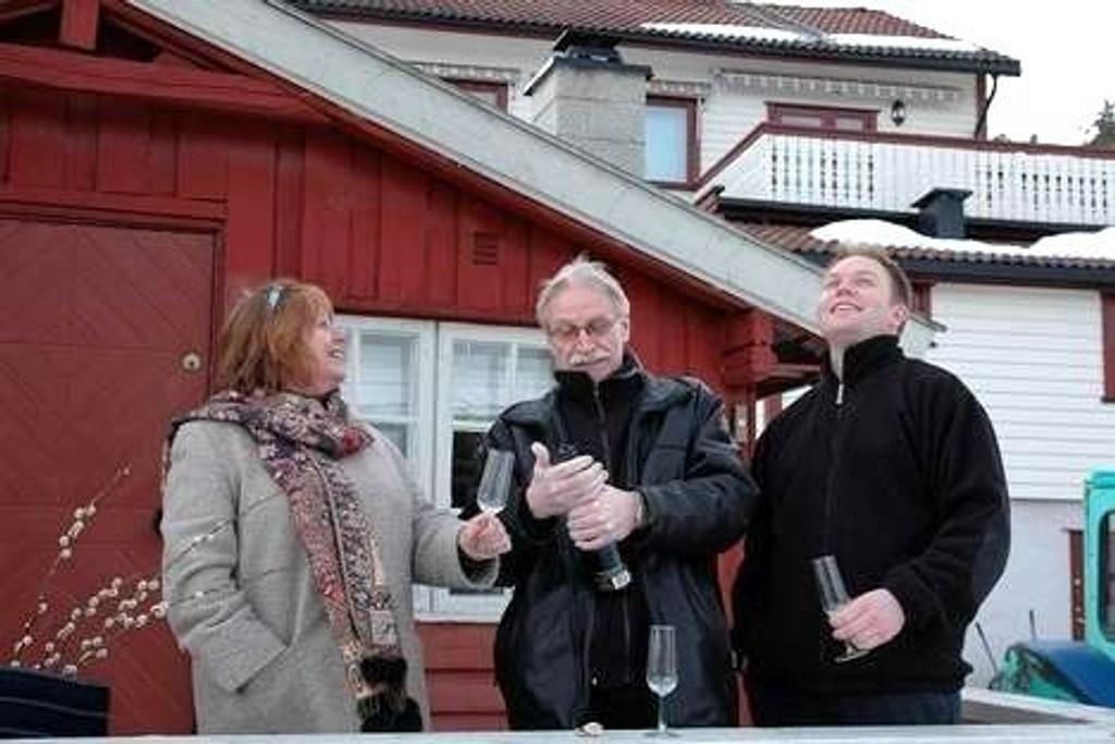 Familien Tunsjø/Berger - med sønnen Lasse - feirer at Miljøverndepartementet har opphevet Fylkesmannens byggeavslag. ? Håper at vår sak også kan bli et godt eksempel på hvordan Markaloven bør virke, sier familien.