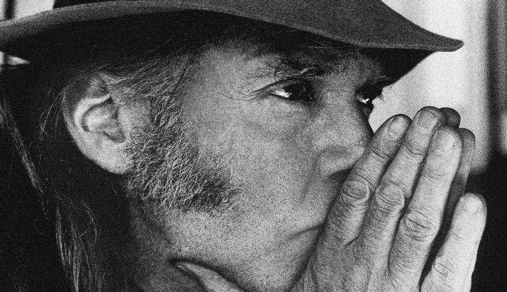 FORHÅNDSSLAKT: Det er fra sine egne man skal få det. Neil Young kommer med ny plate mandag, men mange fans har allerede gjort det de kan for å skyte ned materialet på forhånd.