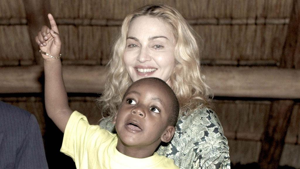 GIR SEG IKKE: Madonna fikk avslag da hun ville adoptere den malawiske jenta Mercy James. Her er hun avbildet i Malawi med sønnen David Banda.