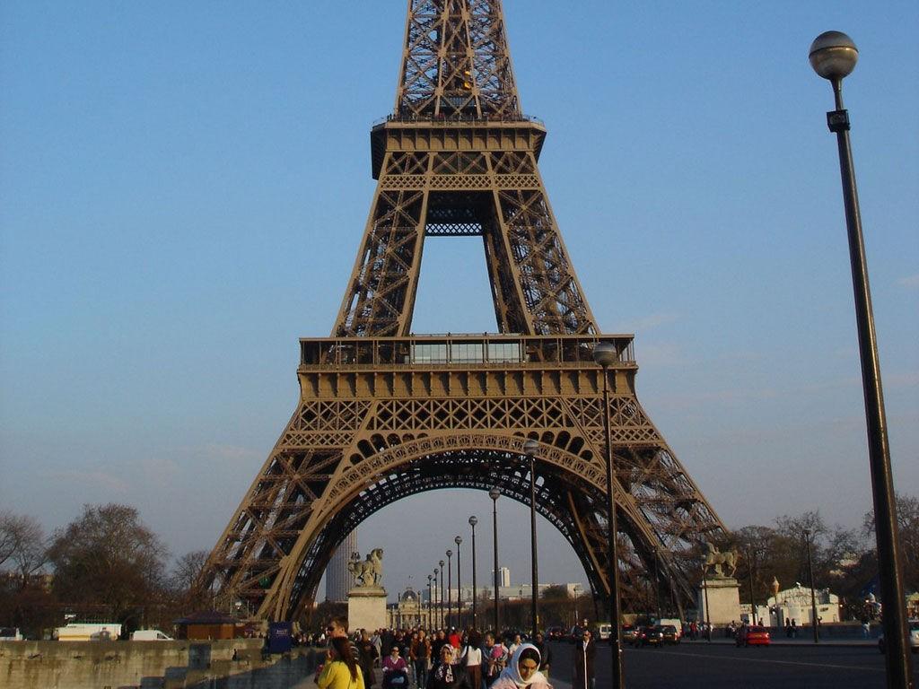 A VIEW TO A KILL: Eiffeltårnet spiller en stor rolle i Roger Moores siste James Bond-film.