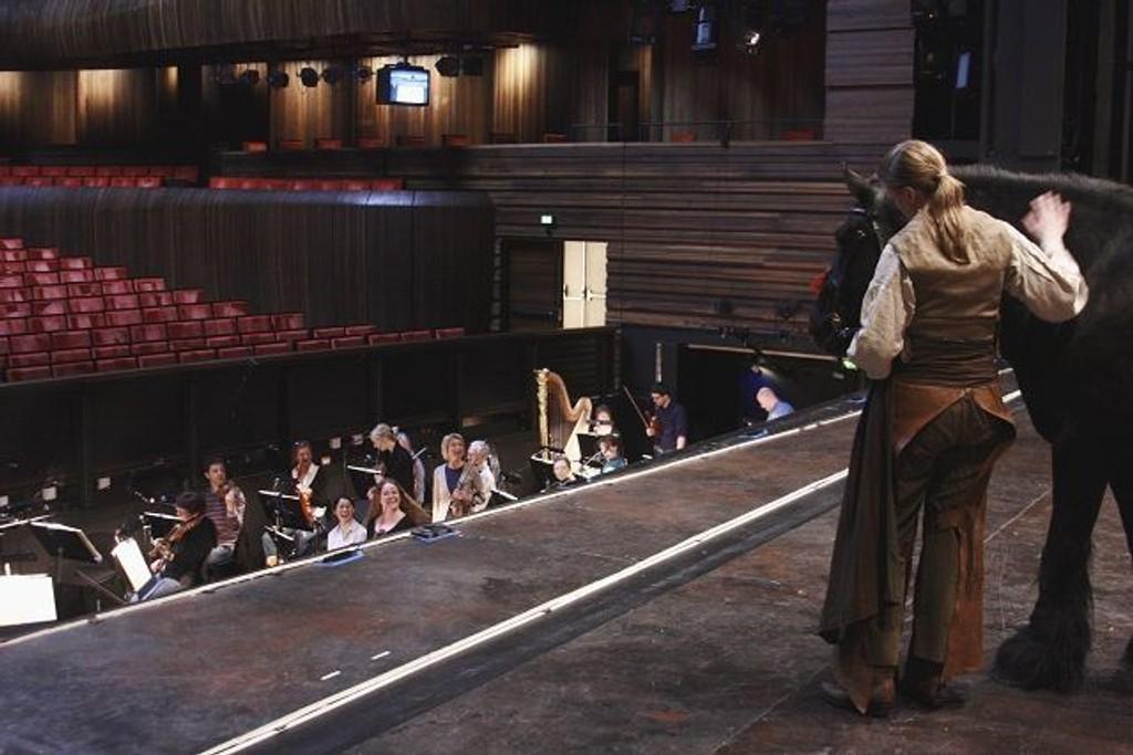 Mostjernar har blitt en kjent og populær herremann for alle på Operaen. Her med matmor Anette Kirkestuen