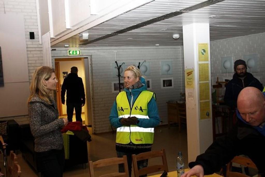Aina Stenersen, leder av Fremskrittspartiets ungdom, tok på seg gode sko, fikk utdelt gul vest av Patricia Galanoylis og ble med natteravnene i Bydel Østensjø ut i natten. Foto: Privat