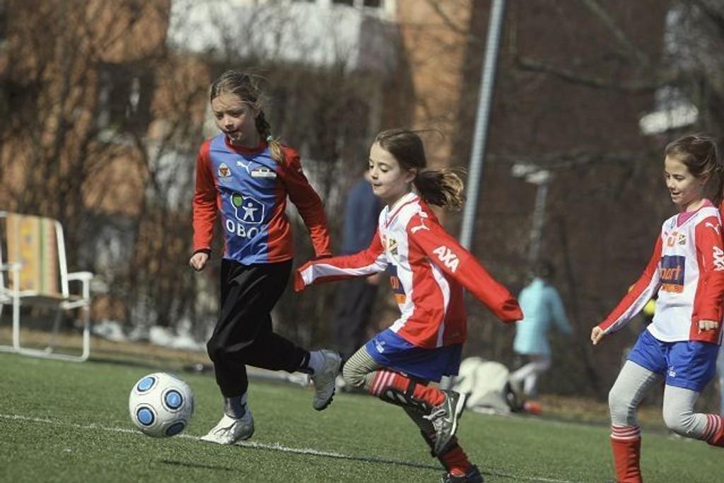 Lyns Christine Falch (venstre) med ballen i kampen mot Årvoll. Til høyre lagvenninnen Maria Selnes.