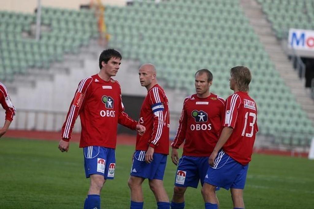 Samling i bånn: Joar Harøy (venstre), Thomas Wæhler, Anders Hatlen og Morten Slorby vet ikke helt hva som traff dem på Bislett stadion tirsdag kveld.