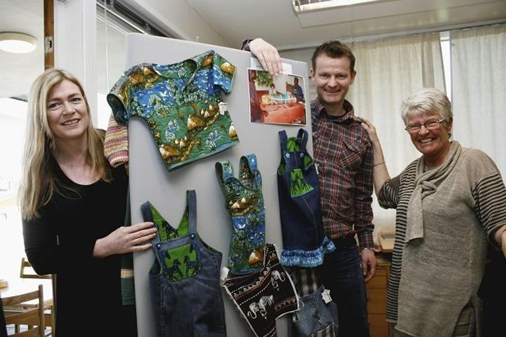 De innsatte har laget babyklær av kaffeposer fra Kenya. F.v.: Doris Bakken, leder for B2, Inge-Bright Hammerhaug, prosjektleder og Anne Moe, verksmester.