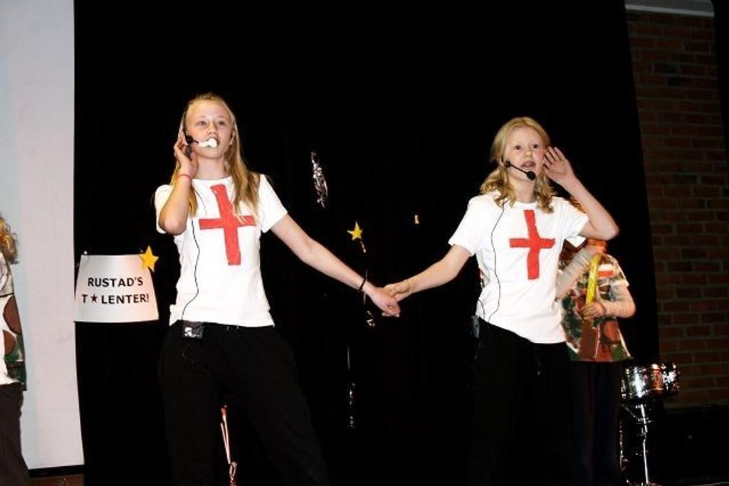 Hanne og kristin fra 6. klasse vant pokal for sitt innslag. Krigen må ta slutt, ellers vil menneskene død ut! sang de.
