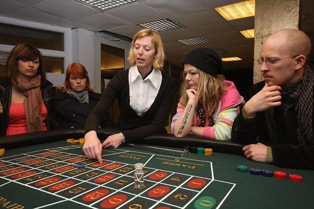 Kunstneren Liva Mork (i midten) forklarer rulettreglene på kasinoet på Carl Berner.