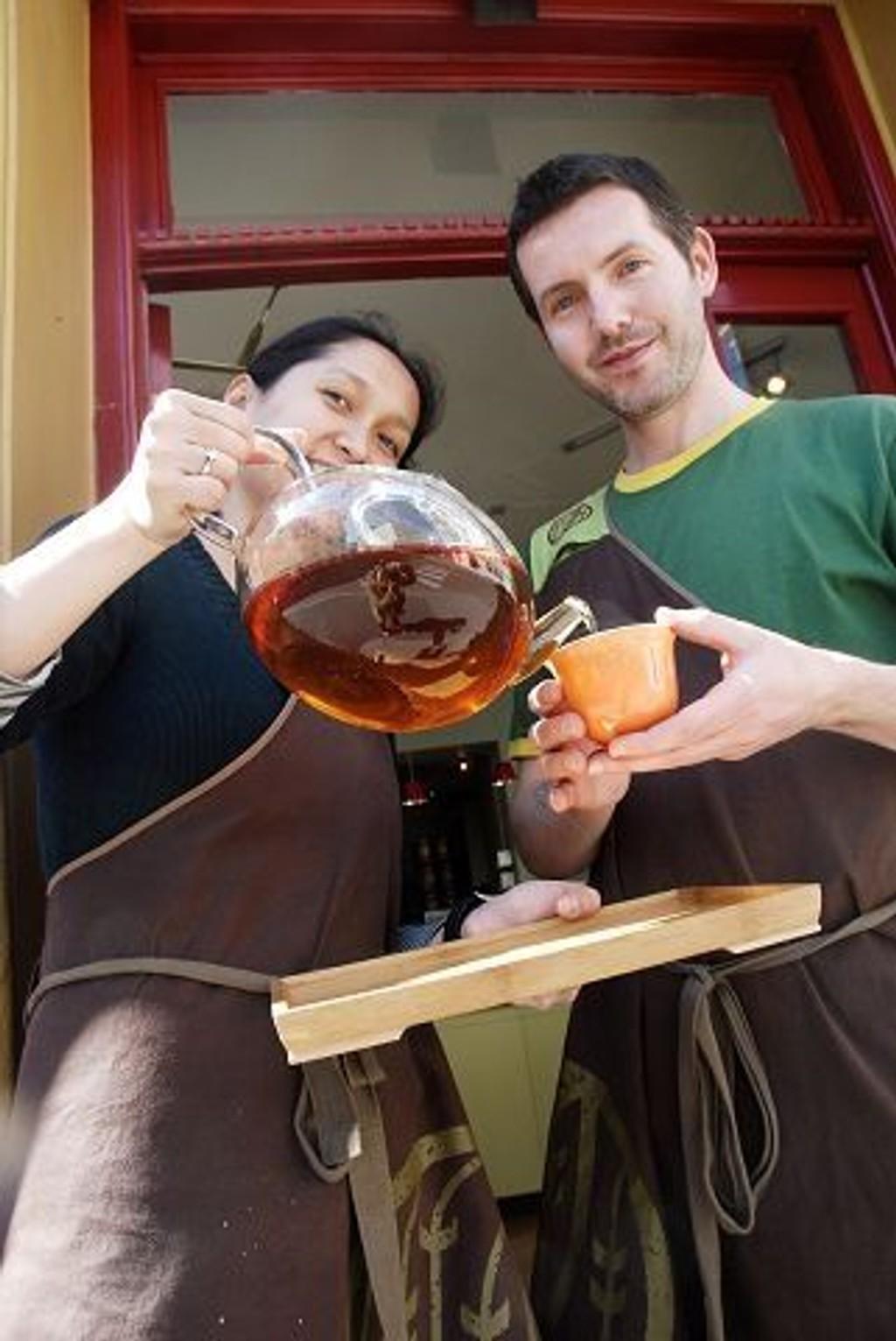 Eia Økter og Kevin First serverer te hos Palais des Thés. FOTO: JULIE MESSEL