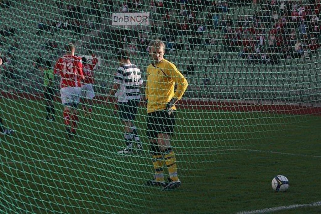 Baklengs: Friggkeeper Bjarte Agdestein depper etter 2-0-scoringen til Jo Inge Berget. Frigg skapte nok sjanser til å score to, tre mål mot storebror Lyn, men tapte i stedet 4-0.