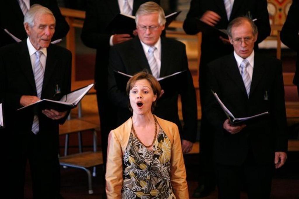 Sopran Åshild Skiri Refsdal sammen med Bryn mannskor under fremføringen av «We'll meet again».