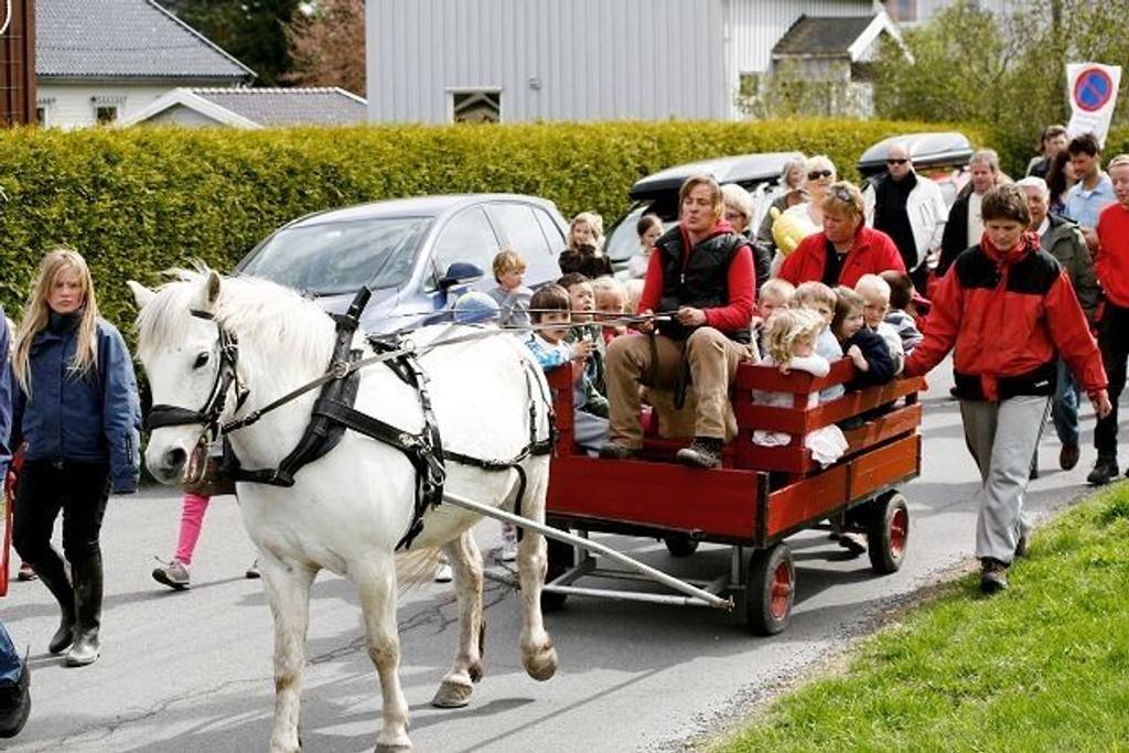 Hestekortesjen til Nordre Skøyen barnehage er en mangeårig tradisjon som foreldrene ønsker å opprettholde.