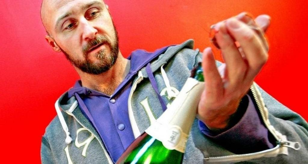 CHAMPAGNESUKK: - Korken skal slippe med et sukk og ikke et smell, slik mange nordmenn ser ut til å tro, sier vinekspert Ole Martin Alfsen.