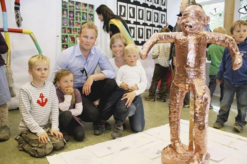 Håkon Mathias Lied Karlsen (6), Karoline Staib Knudsen (5), Henning Leo Knudsen, Anne Lene Staib Knudsen og Fredrik Leo Staib Knudsen (3).