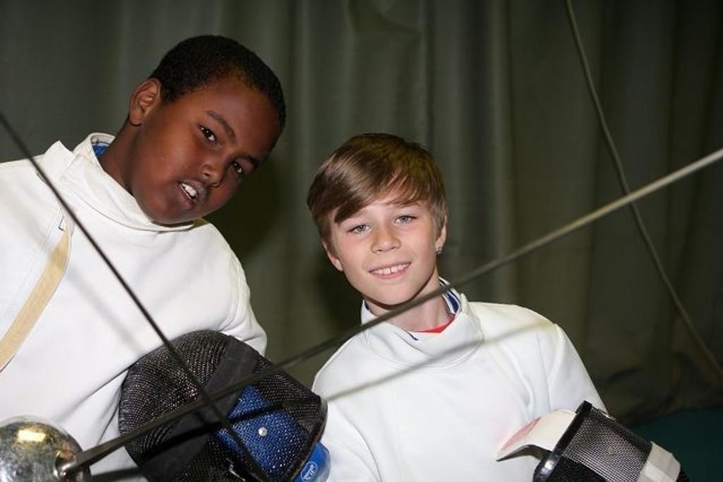 Klassekompisene fra Rustad skole, (f.v.) Billeh Yusuf (10) og Sindre Grimstad (10) syns det var moro å prøve fekting.