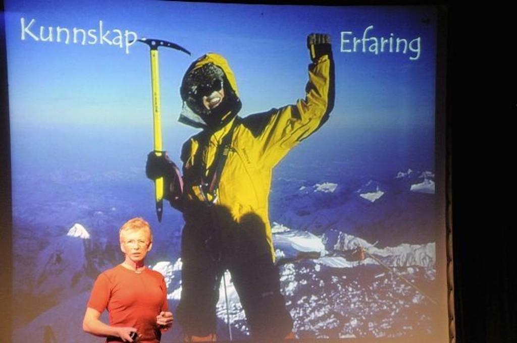 Randi Skaug holder foredrag i forbindelse med innsamlingsaksjonen www.gidetvidere.no – inntektene går til minerydding.