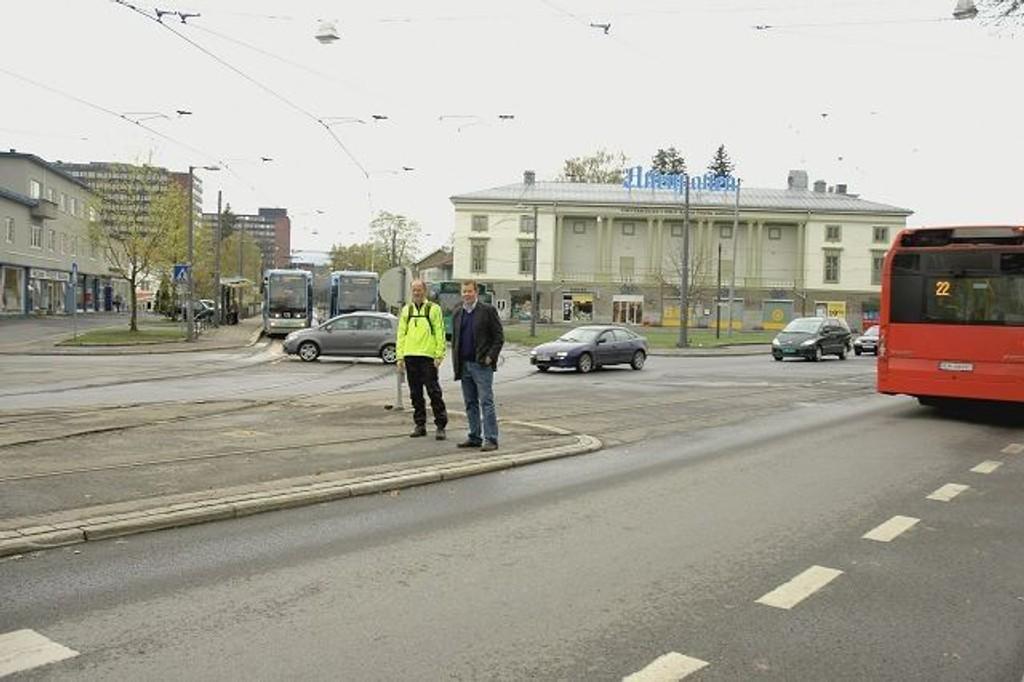 Erling Svela fra Ullevål hageby (t.v.) og Knut Audun Sørensen fra Blindern Vel er to av mange som har kjempet for bedre sikkerhet på John Colletts plass og i Sognsveien. De er glade for lesernes dom om at krysset er farligst.