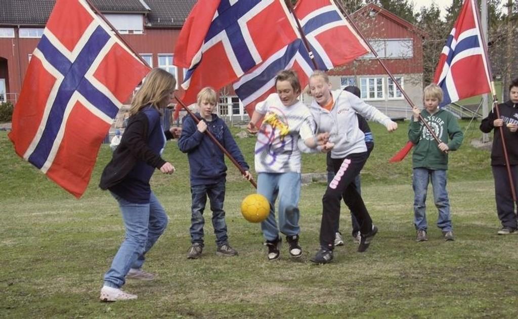 På selveste nasjonaldagen spilles det fotball på Maridalen Skole – og det synes barna er helt topp! Fra venstre 7. klassingene Thea, Christoffer (med flagg), Bendik, Marie, med flagg: Magnus og Robin. Kristin Tufte Haga