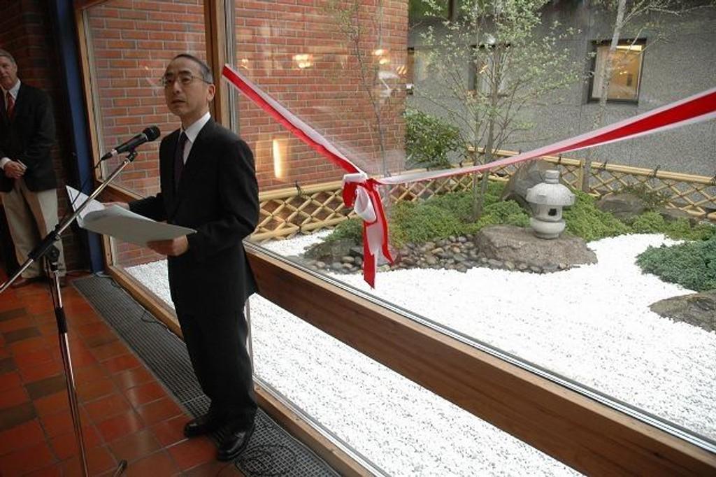 Den japanske ambassadøren Hisao Yamaguchi åpnet den unike japanske hagen på Diakonhjemmet Sykehus. FOTO: ALEXANDER SYNSTAD