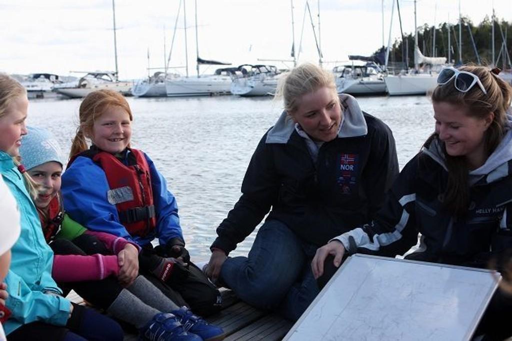 Cathrine Gjerpen er jevnlig innom moderklubben KNS for å inspirere og støtte de yngste i klubben.