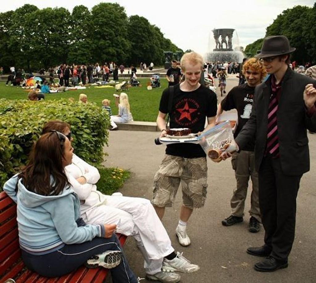 Espen Alexander Jutte (i hatt) fra Søndre Nordstrand tok initiativet til kaketreffet. Og traff ungdom fra hele byen hjemme.