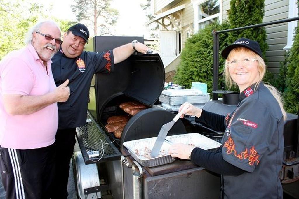 Morten Granvold (rosa skjorte) fylte 60 år lørdag, og fikk profesjonell hjelp til matlagingen av Bjørn Tore og Anne Kathrine Teigen.