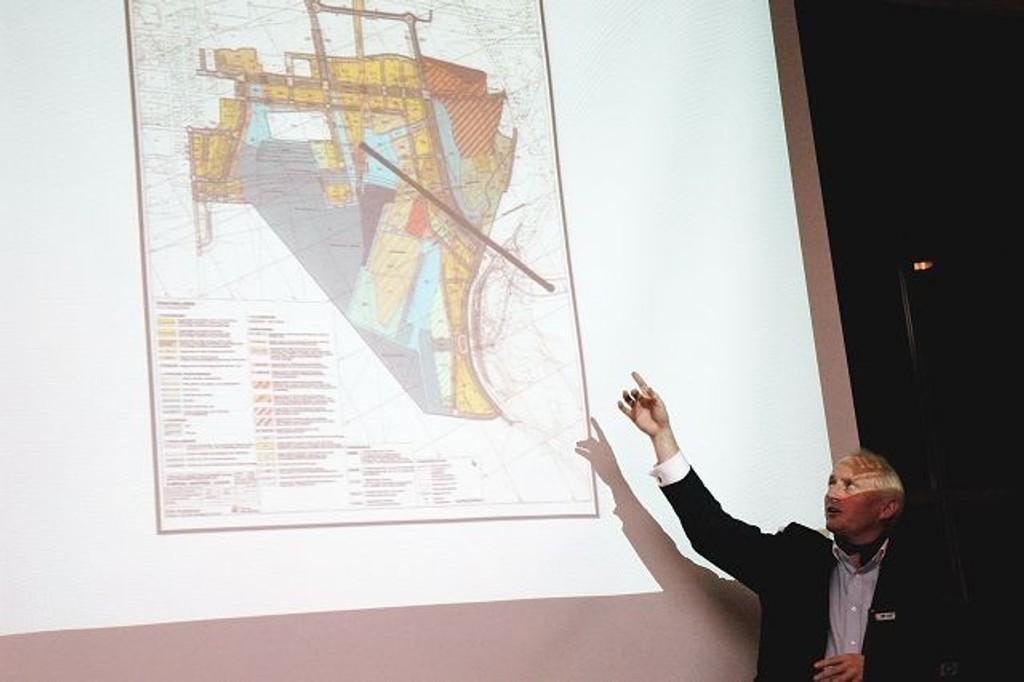 Christian Rignes viser hvor gondolbanen skal gå. Bildet er fra 2007.