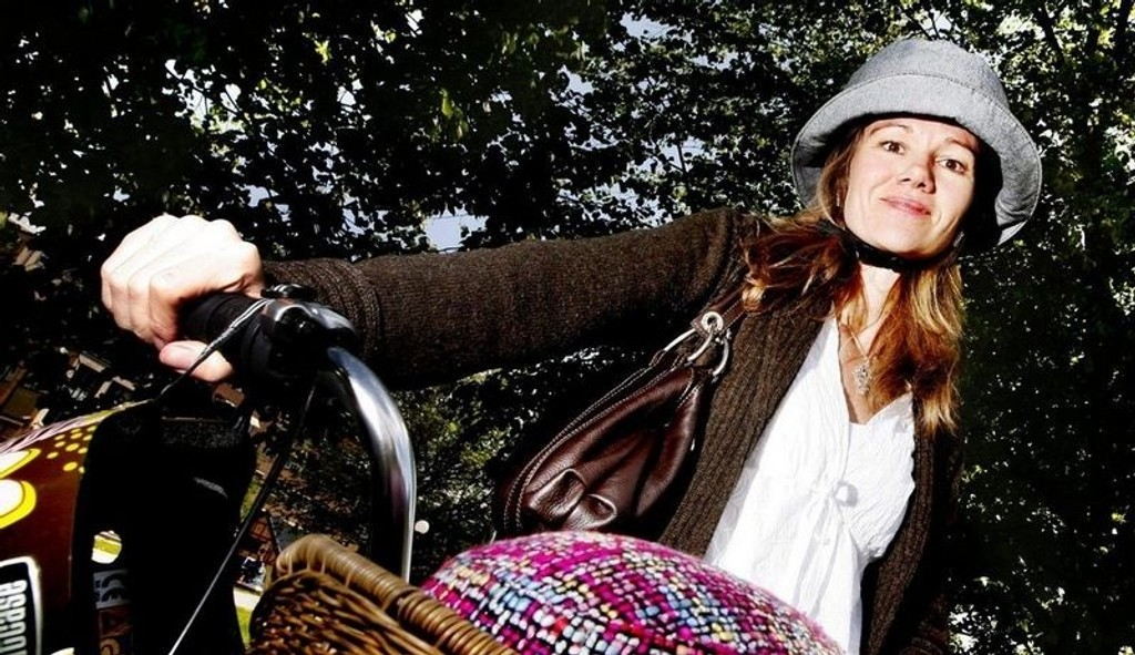 """SOLHATT: Ved hjelp av hjelm forkledd som hatt skal kommunikasjonssjef i Trygg Trafikk, Kristin Øyen, inspirere folk til å beskytte seg mot hodeskader. Her med sin """"Yakkay Tokyo Stripes""""."""