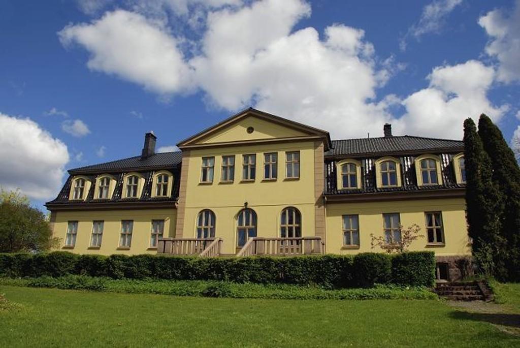 I dag er det Vestre Aker skole som holder til her. John Collett er blant dem som holdt hus her. Foto: Christian Jacobsen