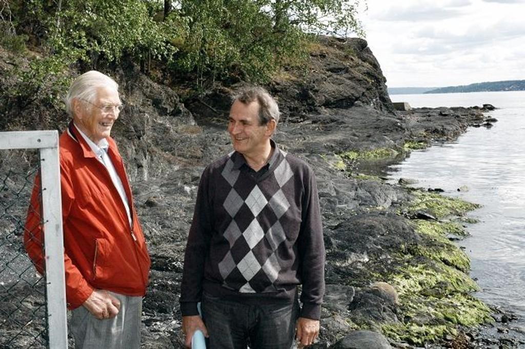 Reidar A. Berg (til venstre) og Jens Christopher Myhre forventer at arbeidet med brygge langs vannkanten snart vil komme i gang. Foto: Vidar Bakken