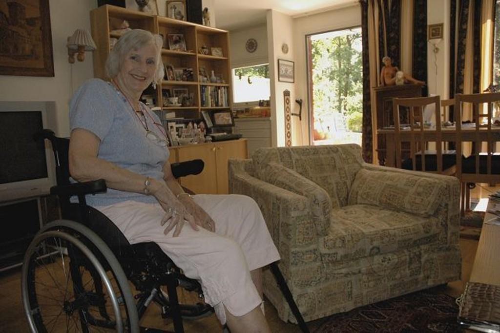 """I denne stolen satt den tilsynelatende hyggelige mannen. Sittende i rullestol klarte Cécile Waldenstrøm å beholde roen da """"teppeselgeren"""" ville ha kontanter. Foto: Vidar Bakken"""
