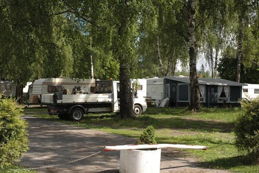 Lastebiler med engelske skilter på Bogstad camping viser at asfaltarbeiderne er her igjen. Foto: Vidar Bakken