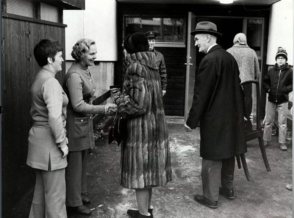 I Ravnkollen borettslag var det 11. desember 1970. Innflyttingsvertinnene er fru Anne Lise Nilsen og fru Erna Mikkelsen (til høyre). Bak ses vaktmesteren. Mannen med stol er ukjent. FOTO: OBOS