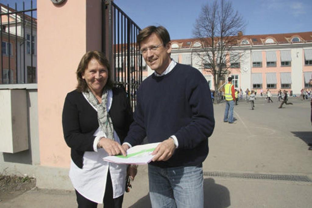 FAU-leder Henrik Wiig, her sammen med Rektor Hanne Grønn Larsen, mener det uansett trengs en ny bydelsskole.