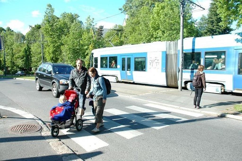 Arild Langedal og Kristi Marie Skrede syns hastigheten i Sognsveien ved Ullevålsalleen, der Grønn rute krysser, er for høy. Foto: Karl Andreas Kjelstrup
