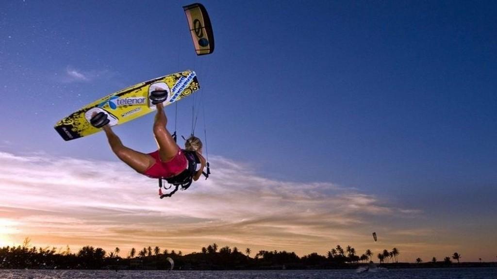 PROFF: Kari Schibevaag er en av verdens beste kitere. Her trener hun på ett av sine favorittsteder, Cumbuco i Brasil. (Foto: Marius Arnesen)