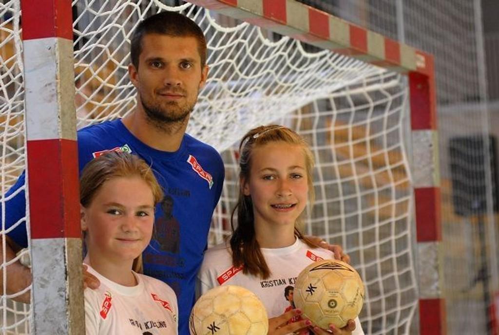 Populær trener: Ida Emilie Myhre (t.v.) og Andrine Jakobsen likte godt å ha håndballprofilen Kristian Kjelling som trener.