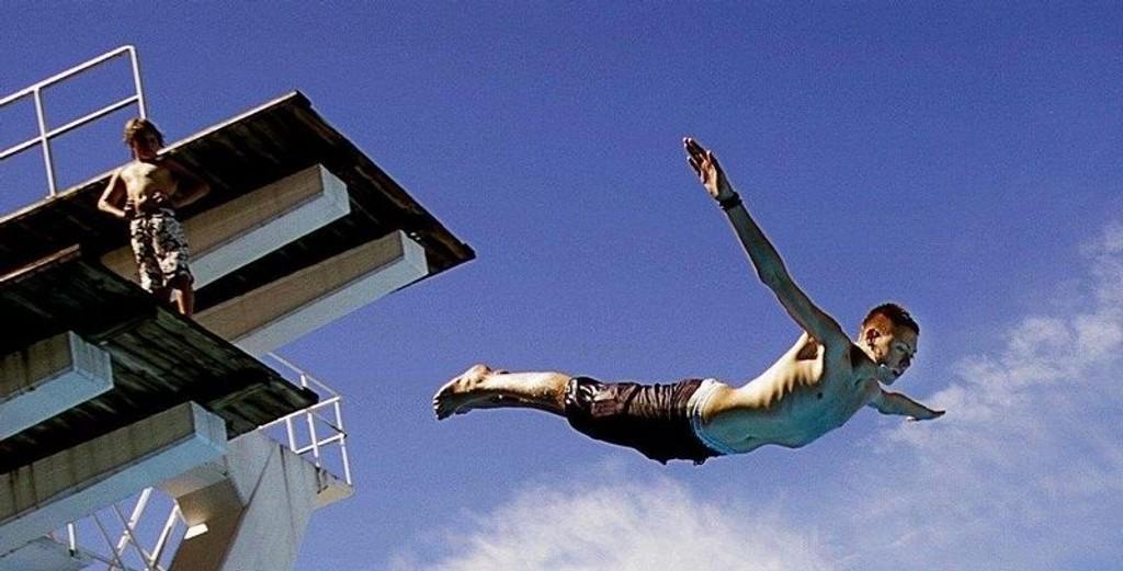 SVALESTUP: Isak Sandemo (16) er en av mange ungdommer som synes hopping og stuping fra store høyder er noe av det morsomste man kan gjøre om sommeren.