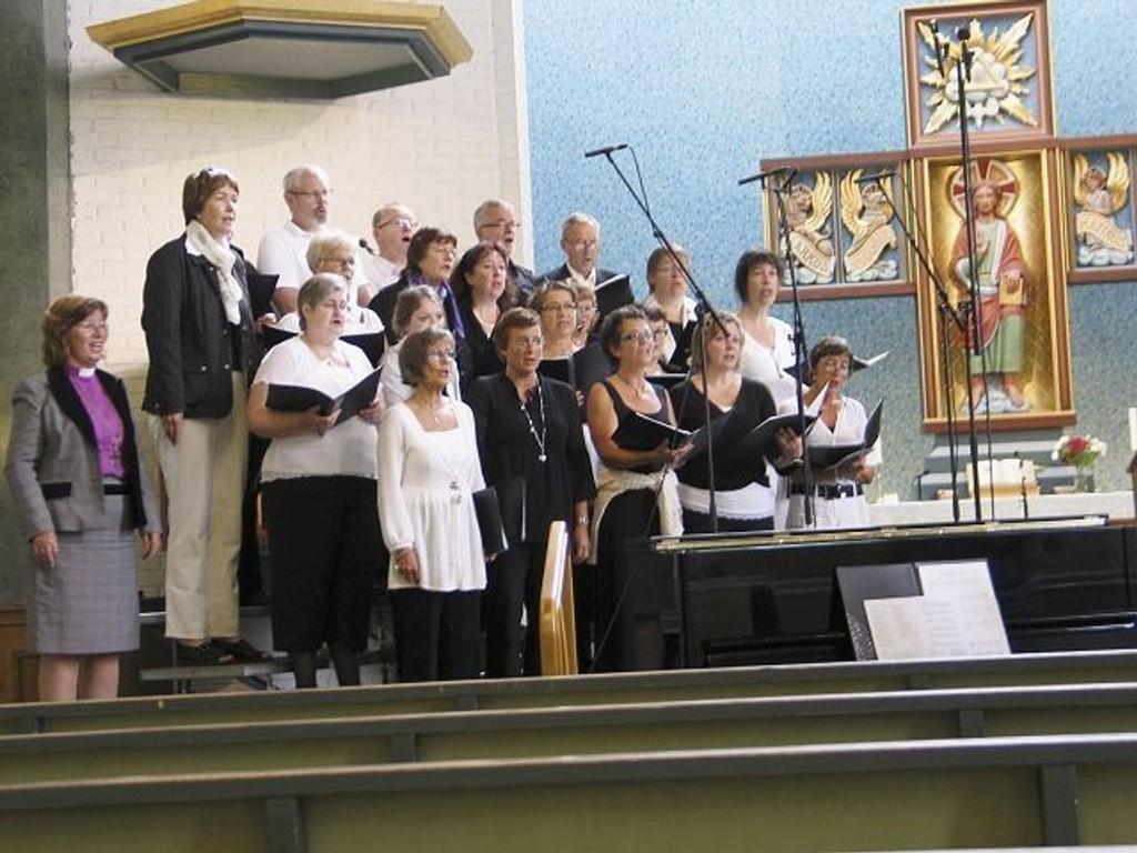 Biskop Ingeborg Midttømme inviterte sine gamle korvenner i Prinsdal Sangeri til åpningen av Moldejazz med gudstjeneste i Molde domkirke sist søndag. Hun deltok selv i koret og resultatet kommer i NRK P1 søndag kl 11.