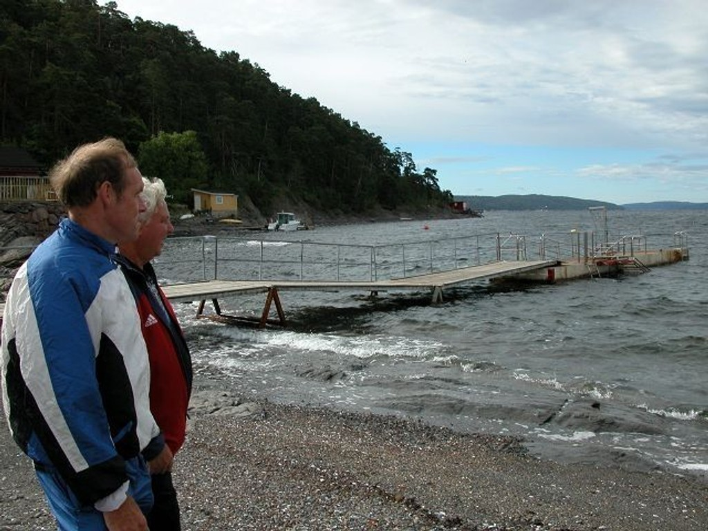 Arild Hovslien(t.v.) og Trond Isaksen i Solviks venner håpet i fjor sommer at bryggen på Malmøya skulle byttes ut i sommer. Nå har de fått beskjed om at den ikke kommer før til neste år.