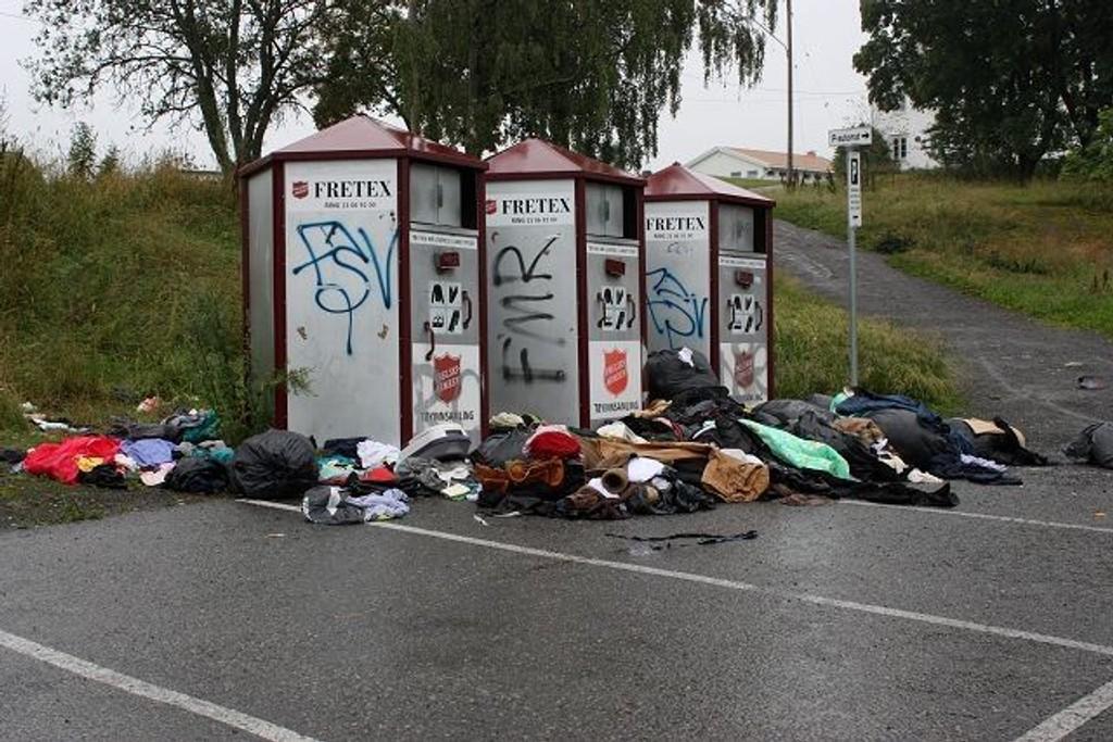 På Lambertseter så det mandag ikke pent ut ved innsamlingskassene for klær og sko.