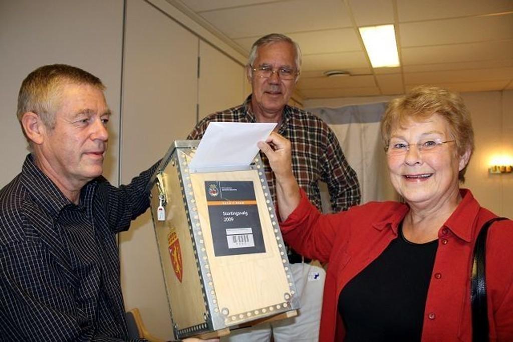 Ekteparet Eva og Johan Heir var blant de første som la sin stemme i boksen til valginspektør Trond Rolf Johnsen på bydelshuset mandag formiddag.