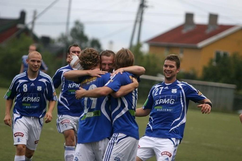 Jubel: Målsscorer Lasse Brandal (ryggen til) gratuleres av lagkameratene sine.