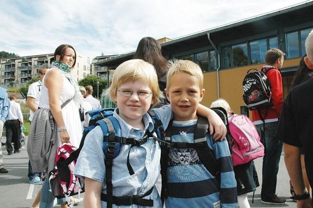 Rett før det ringer inn: Albert og Elias like før de blir skolegutter på ordentlig.