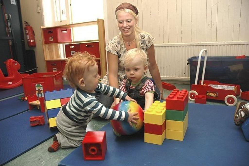 Leah Gamst Griffin (1) og mamma Therese Gamst Paulsen trives godt i åpen barnehage. Leah (til høyre) har funnet en god lekekamerat i Aksel Fremming (1)FOTO: ALEXANDER SYNSTAD